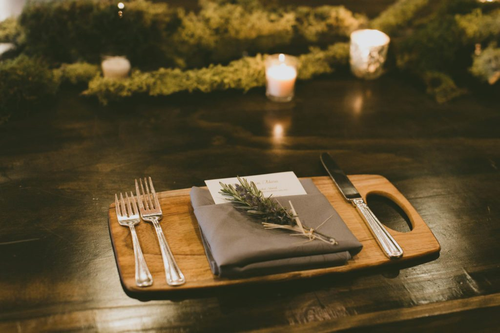 place-setting_rustic_cutting-board_cloud-9